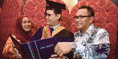 Graduan UiTM yang hilang mata kanan akibat kanser terimah Anugerah Naib Canselor