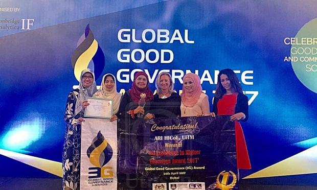 Prof. Normah Omar (tiga dari kanan) bersama dengan penerima-penerima anugerah lain sempena Majlis Kecemerlangan Anugerah Pendidikan Tinggi 2017 yang diadakan di Fairmont The Palm di Dubai, baru-baru ini. Sumber - Utusan